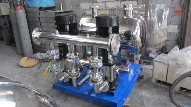 产品概述: 传统的供水方式离不开蓄水池中的水一般由自来水管网供给,这样,有压力的水进入水池后变成了零,造成大量的能源白白浪费。 XWG无负压稳流给水设备,是我们【滨泉泵业科技】专业技术人员在气压给水设备的基础上开发的一种能直接与自来水管网连接、且对自来水管网不产生任何副作用的成套给水设备。他取代了蓄水池的和屋顶水箱,能充分利用自来水管网的压力直接或间接供水,避免了能源的二次浪费和水质的二次污染,大幅度节约了基建投资并缩短了施工工期。 XWG无负压稳流给水设备由智能型变频控制柜、稳流罐、水泵机组、仪表、阀门